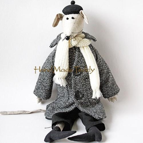 Интеллигентная мышь в пальто